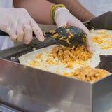 Nahaufnahme von den Händen des Chefs gesunde frische Fajitas oder fajitos mit Rindfleisch machend Einfach, aber geschmackvoll, ge stockbild