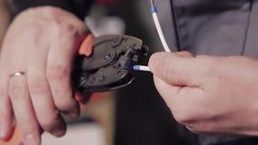 Nahaufnahme von den Händen des Mannes Drähte vorbereitend, um zu arbeiten stock video footage
