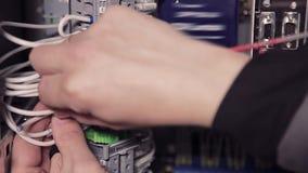 Nahaufnahme von den Händen des Mannes Schraubenzieher und Drähte halten stock video footage