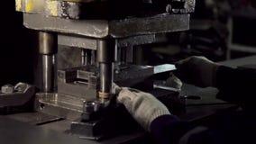 Nahaufnahme von den Händen, die an der Maschine arbeiten stock video footage