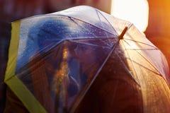 Nahaufnahme von den jungen schönen Paaren, die unter Regenschirm küssen Lizenzfreie Stockfotos