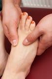 Nahaufnahme von den jungen weiblichen Füßen eine einzige Massage empfangend Stockbild