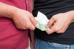 Nahaufnahme von den Männern, die Abkommen mit Euro machen Stockfotos