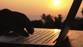 Nahaufnahme von den männlichen Händen des Schattenbildes, die Laptop öffnen und Arbeit beginnen stock video footage