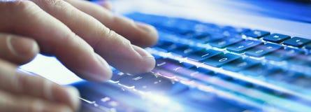 Nahaufnahme von den männlichen Händen, die auf Laptoptastatur im Büro schreiben Optische Effekte, Aufflackern weit stockbilder
