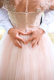 Nahaufnahme von den Paaren, die Herzform mit den Händen machen Heiratspaar auf der Natur umarmt sich Schönes vorbildliches Mädche lizenzfreie stockfotos