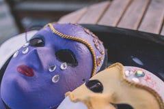 Nahaufnahme von den purpurroten und weißen Masken gemacht in der venetianischen Art Lizenzfreie Stockbilder