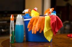 Nahaufnahme von den Reinigungschemikalien, -handschuhen und -lappen, die im Plastik liegen lizenzfreie stockfotografie