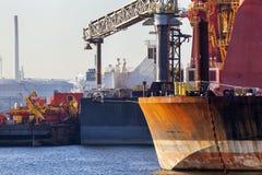 Nahaufnahme von den Schiffen festgemacht im Hafen von Rotterdam lizenzfreie stockbilder