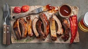 Nahaufnahme von den Schweinefleischrippen gegrillt mit BBQ-Soße und karamellisiert im Honig Geschmackvoller Imbiss zum Bier auf e lizenzfreies stockbild