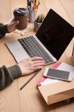 Nahaufnahme von den weiblichen Händen, die auf Laptoptastatur schreiben Lizenzfreies Stockbild