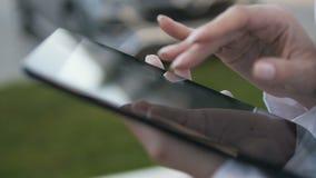 Nahaufnahme von den weiblichen Händen, die draußen auf Touch Screen von Digital-Tablet schreiben stock video