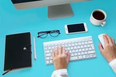 Nahaufnahme von den weiblichen Händen, die Text auf der Tastatur schreiben stockfoto