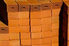 Nahaufnahme von den Ziegelsteinen des roten Lehms gestapelt in den Stapel Lizenzfreies Stockfoto