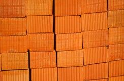 Nahaufnahme von den Ziegelsteinen des roten Lehms gestapelt in den Stapel Stockfotografie