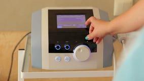 Nahaufnahme von Doktor ` s Hand auf medizinischer Ausrüstung stock video