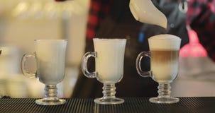Nahaufnahme von drei Schalen Cappuccino oder Latte stock video footage