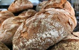 Nahaufnahme von dunklen deutschen Broten stockfotografie