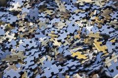 Nahaufnahme von einem Meer von Puzzlen innerhalb eines Kastens lizenzfreies stockfoto