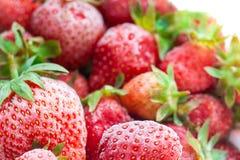Nahaufnahme von eingefroren vielen roten Erdbeeren mit Frost Lizenzfreie Stockfotos