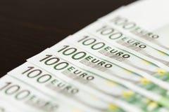 Nahaufnahme von 100 Eurobanknoten Stockbilder