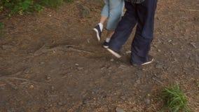 Nahaufnahme von Füßen älteren Menschen, die in Park gehen stock footage