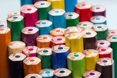 Nahaufnahme von farbigen Bleistiften, Rückseite von Bleistiften Stockfotos