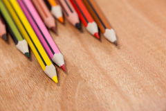 Nahaufnahme von farbigen Bleistiften vereinbarte in einem Wellenmuster Lizenzfreie Stockfotografie