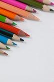 Nahaufnahme von farbigen Bleistiften vereinbarte in einem Wellenmuster Lizenzfreies Stockfoto