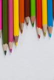 Nahaufnahme von farbigen Bleistiften vereinbarte in einem Wellenmuster Stockfoto