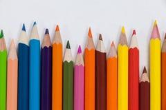 Nahaufnahme von farbigen Bleistiften vereinbarte in einem Wellenmuster Lizenzfreie Stockbilder