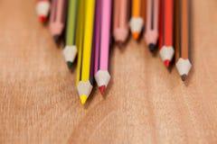 Nahaufnahme von farbigen Bleistiften vereinbarte in einem Wellenmuster Stockfotos