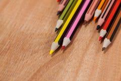 Nahaufnahme von farbigen Bleistiften vereinbarte in einem Wellenmuster Stockbilder