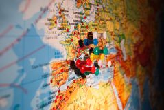 Nahaufnahme von farbigen Stoßstiften von einer Landkarte lizenzfreies stockbild