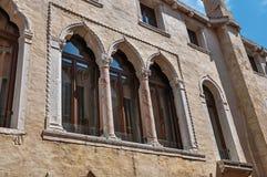 Nahaufnahme von Fenstern mit Spalten und von Bögen in der typischen venetianischen Art im alten Gebäude in Venedig Lizenzfreie Stockfotos