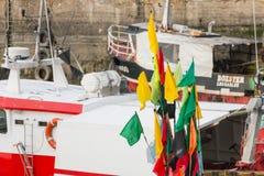 Nahaufnahme von Flaggen hing an den Flößen auf Fischerbooten lizenzfreie stockfotografie