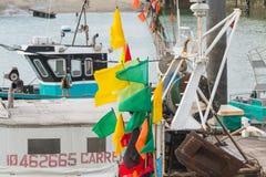 Nahaufnahme von Flaggen hing an den Flößen auf Fischerbooten lizenzfreies stockbild