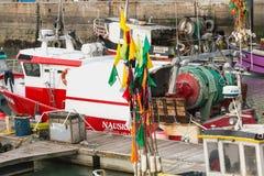 Nahaufnahme von Flaggen hing an den Flößen auf Fischerbooten lizenzfreie stockfotos