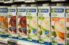 Nahaufnahme von Flaschen organischer Sojamilch von Bjorg-Marke bei Cora Supermarket stockbild