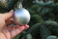 Nahaufnahme von Frau ` s übergibt Weihnachtsbaumdekor draußen verzieren Traditionelle Feier Winter, Ferienzeit und lizenzfreie stockfotos