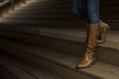Nahaufnahme von Frau ` s Lederstiefeln lizenzfreie stockfotografie