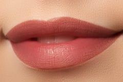 Nahaufnahme von Frau ` s Lippen mit den natürlichen Lippen des weißen Kaffees der Mode lizenzfreies stockfoto