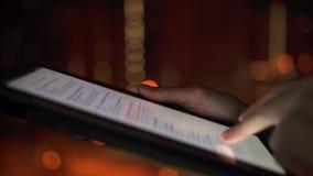 Nahaufnahme von Frauenhänden unter Verwendung des Tablet-Computer-mit Berührungseingabe Bildschirms draußen in der Stadt nachts s stock video