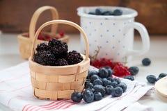 Nahaufnahme von frischen Beeren in der Küche lizenzfreie stockbilder