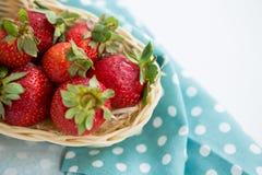 Nahaufnahme von frischen Erdbeeren im Abtropfbrett Stockbild