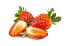Nahaufnahme von frischen saftigen organischen Erdbeeren mit weißem Hintergrund Stockfoto