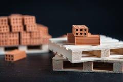 Nahaufnahme von gefallenen Ziegelsteinen auf hölzerner Palette Stockfotografie