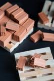 Nahaufnahme von gefallenen Ziegelsteinen auf hölzerner Palette Lizenzfreie Stockfotos
