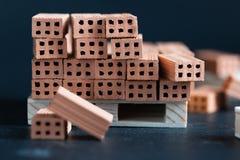 Nahaufnahme von gefallenen Ziegelsteinen auf hölzerner Palette Lizenzfreies Stockfoto