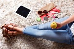 Nahaufnahme von Gegenständen in der Tasche einer Frau Lizenzfreie Stockbilder
